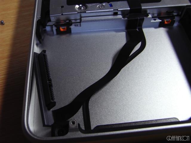 HDD交換はケーブルが直接伸びているので、少々気を遣います。