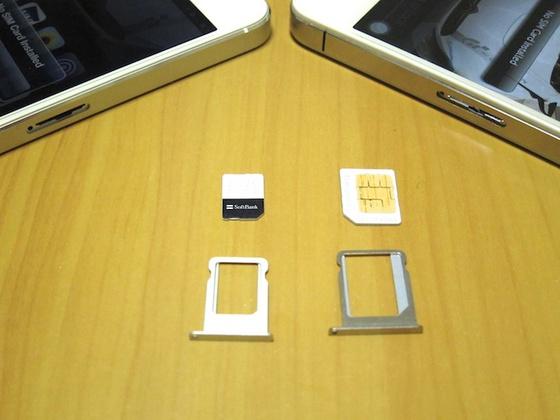 左が iPhone 5 の nano SIM、右が iPhone 4 の Micro SIM
