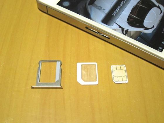 Micro SIM to nano SIM アダプターをかます。