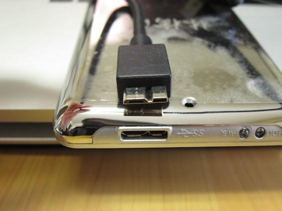 本体側の USB 端子が特殊。ちょいマイナスポイント(汗)