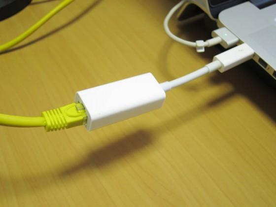 Thunderbolt <> LAN アダプターが必要。